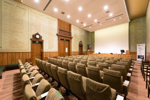 Salle conférence auditorium avec écran projection